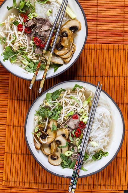 Soupe vietnamienne de nouilles de riz aux champignons et boeuf — Photo de stock