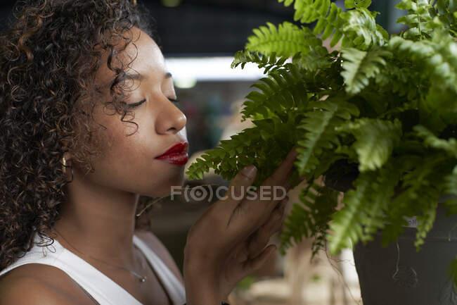 Jovem mulher fedorenta samambaia — Fotografia de Stock