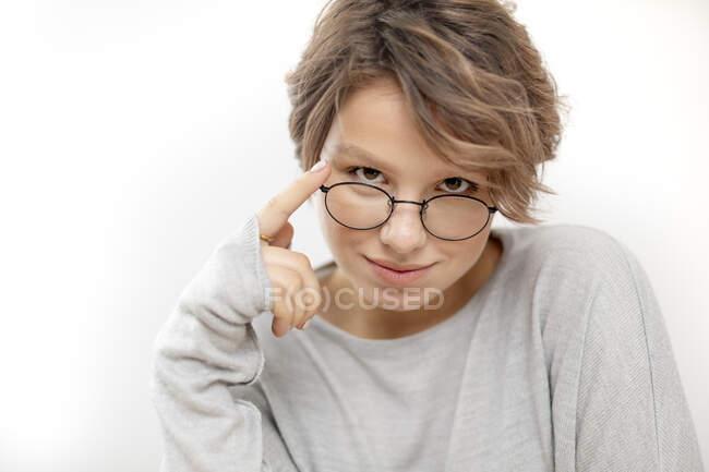 Retrato de una joven con gafas - foto de stock