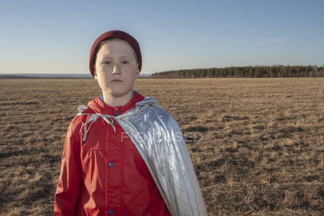 Ritratto di ragazzo travestito da supereroe nel paesaggio della steppa — Foto stock