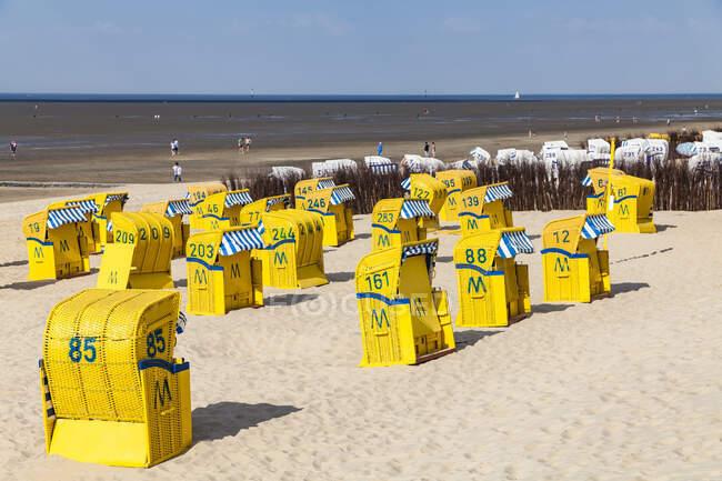 Germania, Bassa Sassonia, Cuxhaven, Duhnen, spiaggia con sdraio con cappuccio, tideland — Foto stock