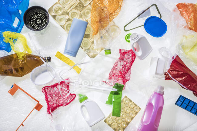 Primer plano de diferentes residuos plásticos - foto de stock