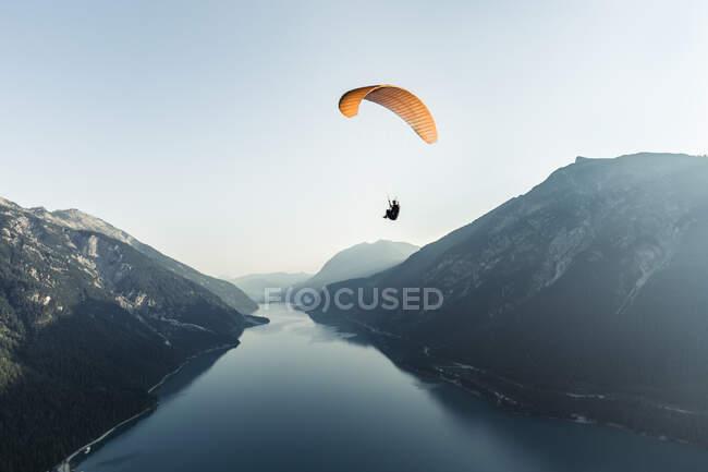 Austria, Tirol, Parapente sobre el lago Achensee por la mañana temprano - foto de stock
