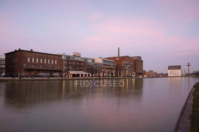Alemania, Muenster, Puerto de la ciudad, Kreativkai en la luz de la tarde - foto de stock