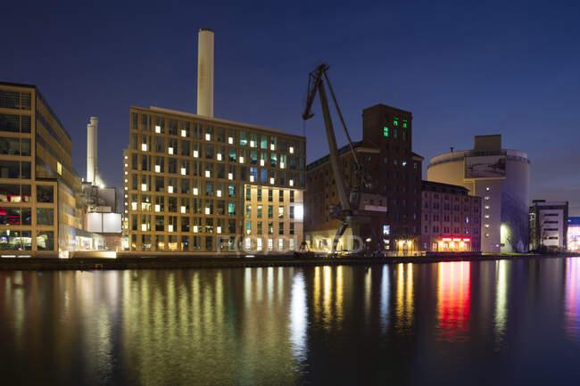 Alemania, Muenster, Puerto de la ciudad, Flechtheimspeicher, Wolfgang Borchert Teatro y acumulador de vapor por la noche - foto de stock
