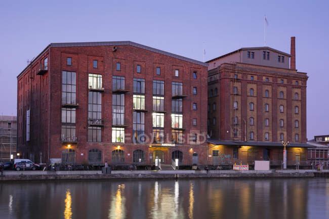 Alemania, Muenster, Puerto de la ciudad, Kreativkai, Salón de las Artes a la luz de la noche - foto de stock