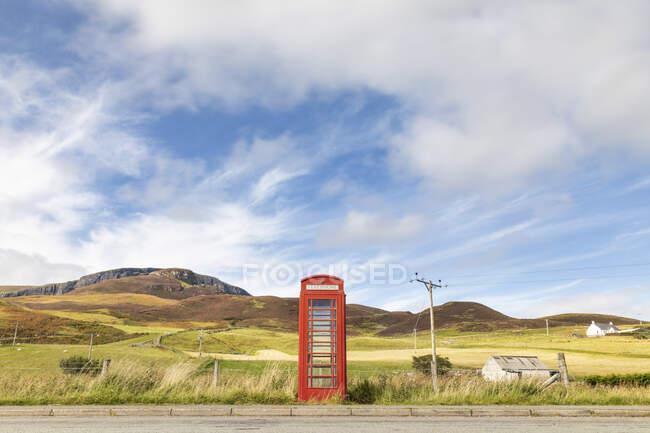 Royaume-Uni, Écosse, cabine téléphonique rouge à la campagne sur l'île de Skye — Photo de stock