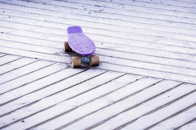 Primo piano dello skateboard viola — Foto stock