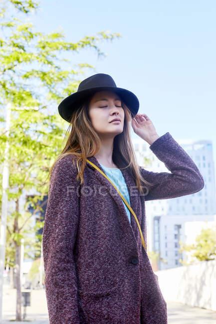 Mujer de ensueño con sombrero, Barcelona, España - foto de stock