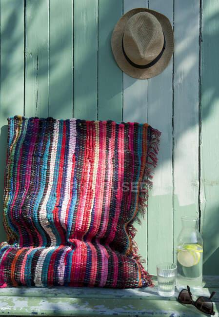 Cojín hecho de alfombra patchwork - foto de stock