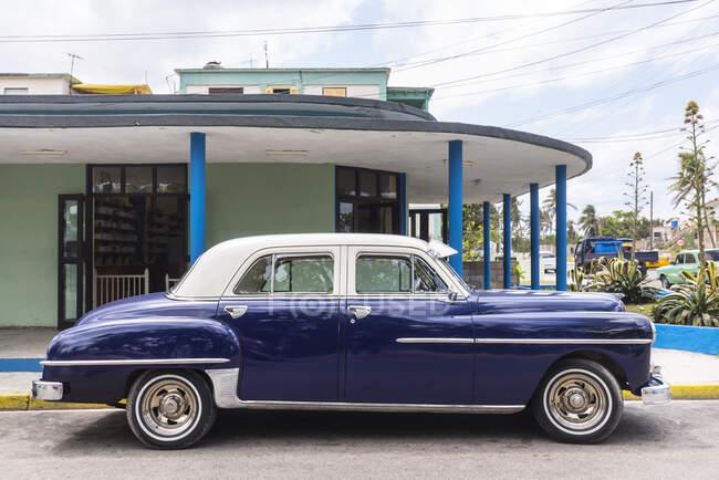 Voiture vintage bleue garée, La Havane, Cuba — Photo de stock