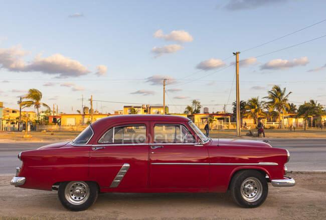 Voiture vintage rouge garée, La Havane, Cuba — Photo de stock