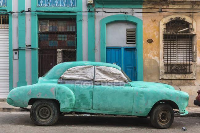 Voiture vintage endommagée garée, La Havane, Cuba — Photo de stock