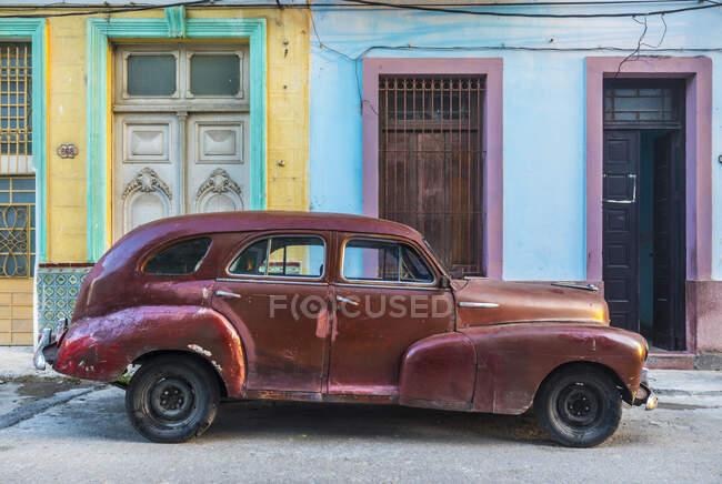 Coche vintage reparado, Habana, Cuba - foto de stock