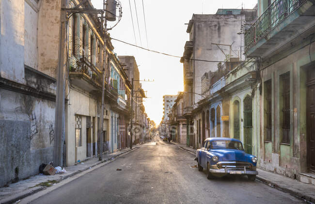 Voiture vintage bleue garée dans la rue vide au crépuscule du soir, La Havane, Cuba — Photo de stock