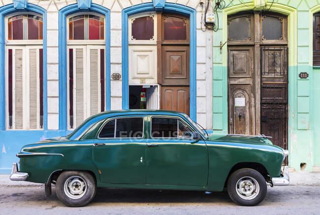 Voiture vintage verte garée devant les entrées de la maison, La Havane, Cuba — Photo de stock