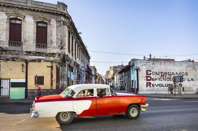 Conduite voiture vintage, La Havane, Cuba — Photo de stock