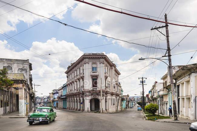 Conduite voiture vintage verte, La Havane, Cuba — Photo de stock
