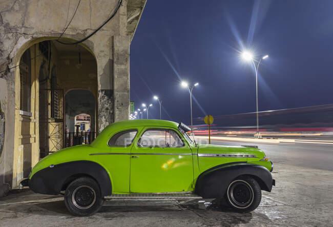 Coche vintage estacionado por la noche, La Habana, Cuba - foto de stock