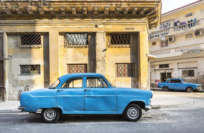 Coche vintage azul estacionado, Habana, Cuba - foto de stock