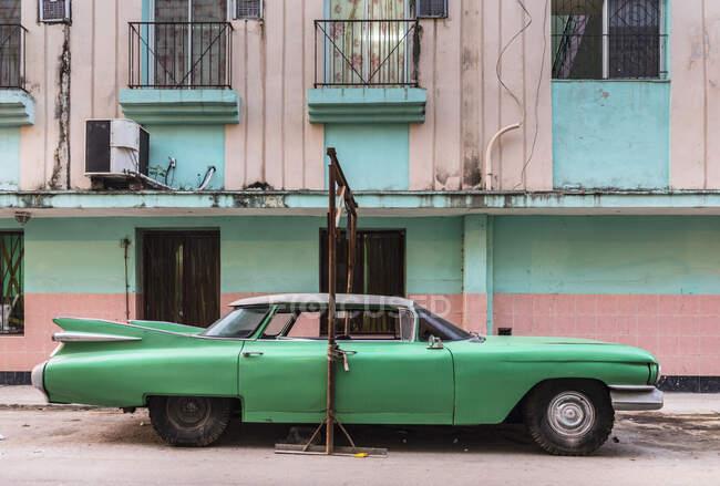 Voiture vintage verte garée, La Havane, Cuba — Photo de stock