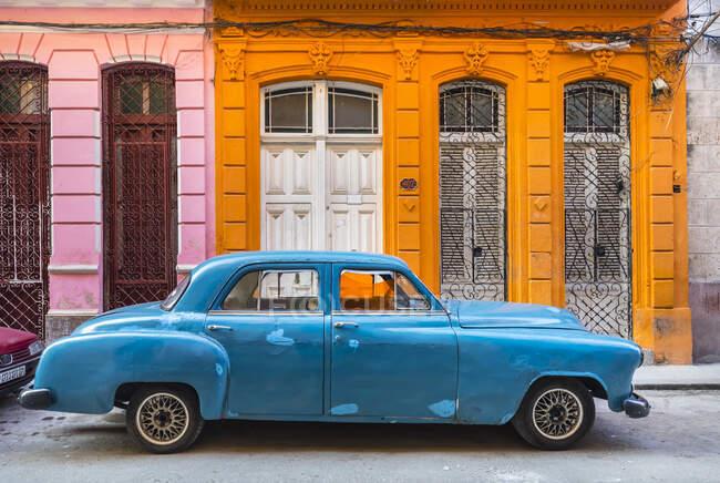 Voiture vintage bleue garée devant une maison d'habitation, La Havane, Cuba — Photo de stock