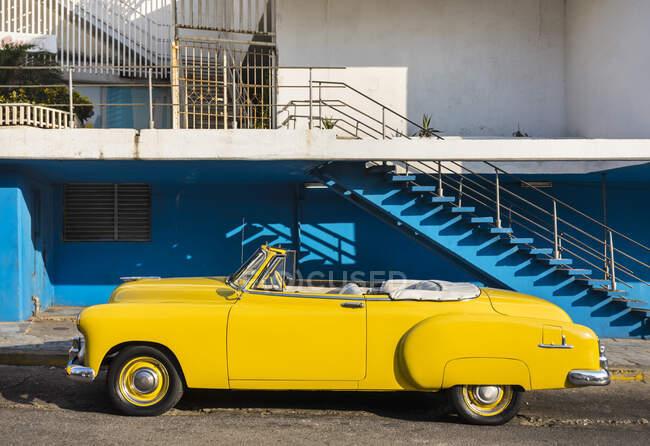 Coche vintage amarillo estacionado, La Habana, Cuba - foto de stock