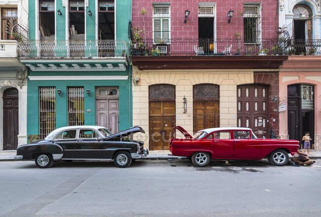 Deux voitures anciennes garées, s La Havane, Cuba — Photo de stock