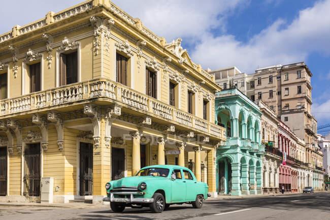 Voiture vintage devant les bâtiments coloniaux, La Havane, Cuba — Photo de stock