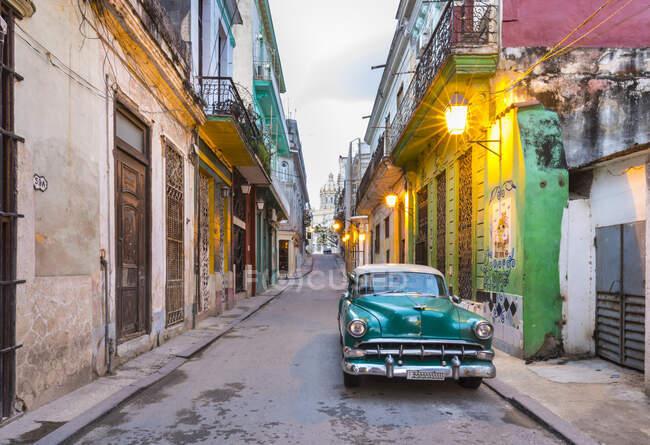 Voiture vintage garée dans la rue vide, La Havane, Cuba — Photo de stock