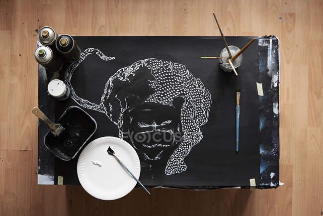 Overhead del estudio del artista con la pintura en curso - foto de stock