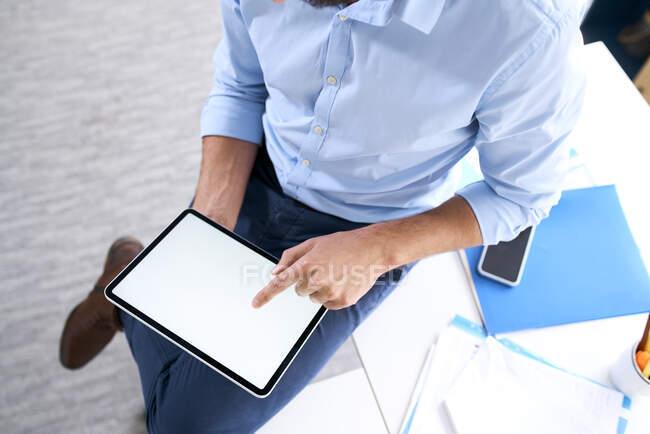 Vista aerea di un uomo d'affari che utilizza un tablet digitale — Foto stock