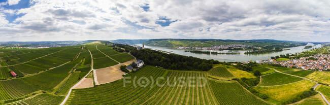 Germany, Rhineland-Palatinate, Bingen region, Rochus Mountain and Rochus Chapel, Aerial view of Kempen am Rhein and Ruedesheim am Rhein — Stock Photo
