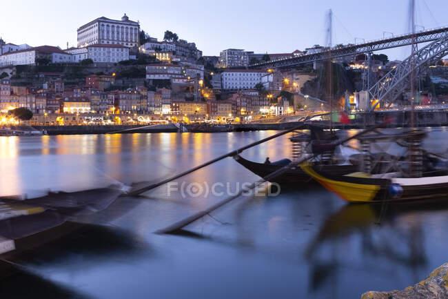 Vista desde Gaia a Oporto con el río Duero por la noche, Portugal - foto de stock