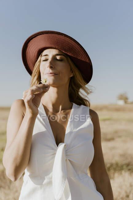 Портрет жінки - мандрівника з солом