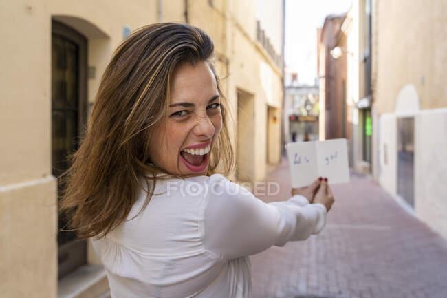 Молодая женщина с блокнотом