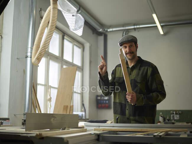 Carpenter sawing wood with circular saw — Stock Photo