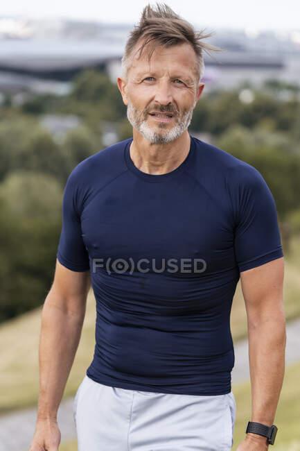 Retrato de un deportista parado afuera - foto de stock
