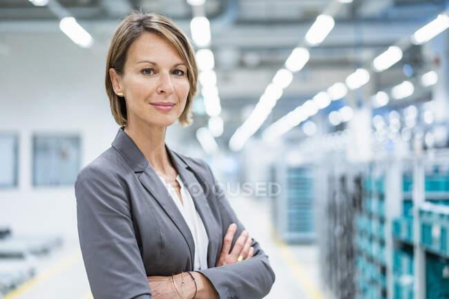 Portrait d'une femme d'affaires confiante dans une usine moderne — Photo de stock