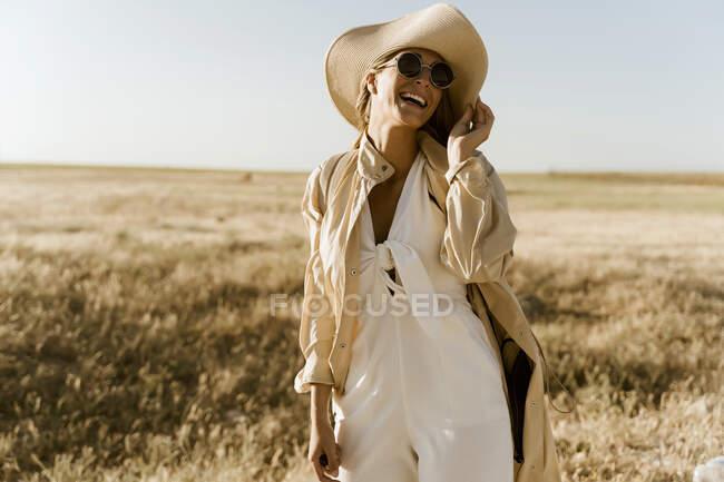 Viaggiatore donna con cappello di paglia e occhiali da sole — Foto stock