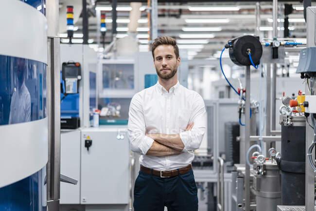 Портрет довірливого комерсанта на сучасній фабриці. — стокове фото