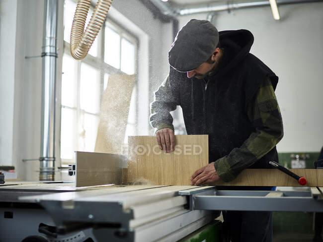 Tischler sägt Holz mit Kreissäge — Stockfoto