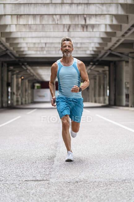 Esportivo homem correndo fora — Fotografia de Stock