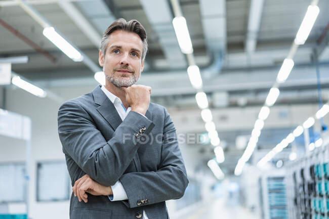Portrait d'un homme d'affaires confiant dans une usine moderne — Photo de stock