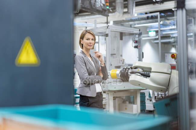 Retrato de una empresaria confiada en una fábrica moderna - foto de stock
