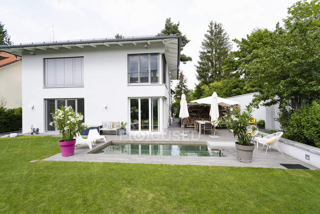Casa moderna con piscina — Foto stock