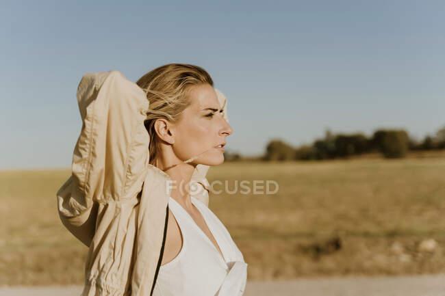 Портрет жінки - мандрівника з закритими очима. — стокове фото