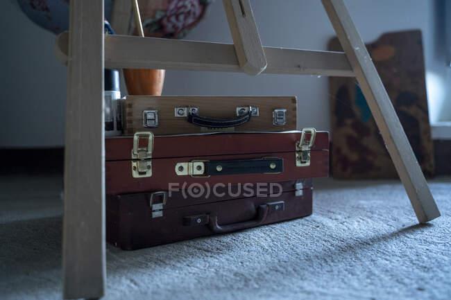 Vecchia valigia vintage con manico in legno — Foto stock