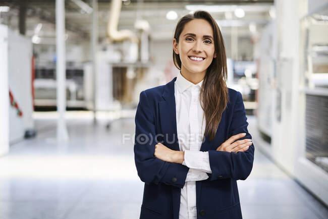 Portrait de femme d'affaires souriante dans une usine — Photo de stock