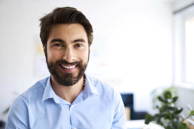 Ritratto di un uomo d'affari sorridente — Foto stock